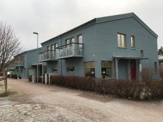 Råtorps Allé - Här bytte vi ut 4 st huskroppar med enstegstätad putsfasad totalt 1.000 m2 dessa hus fick fina nya ventilerade putsfasader StoVentec.